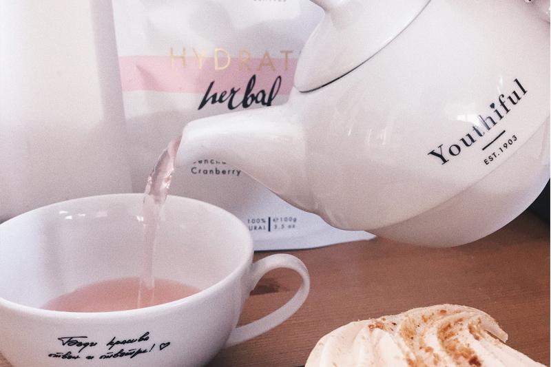 Youthiful чайник с чаша